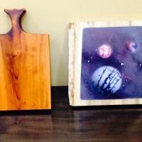 お客様の作品~カッティングボード(イチイ一枚板)とスプレーアート「惑星(ホオ一枚板)」~