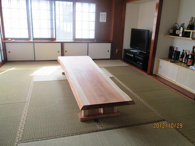 宮国様杉長尺一枚板座卓納品設置後の写真2