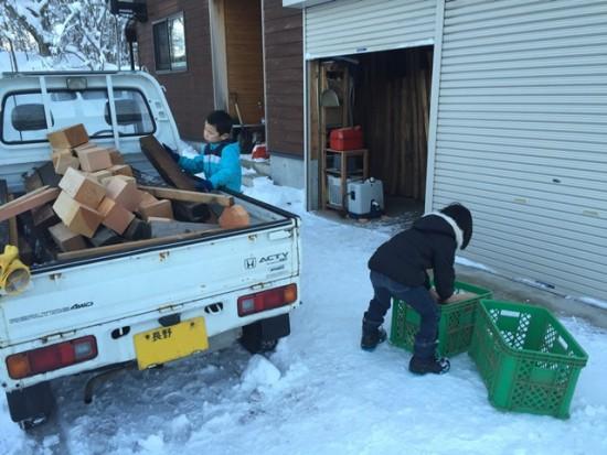 子供達が薪の補充を手伝ってくれました!20141227