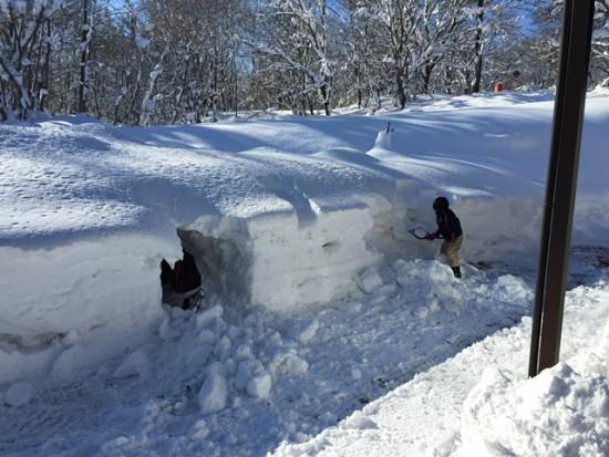 氷点下の気温の中、元気にかまくら作り!20141228-2