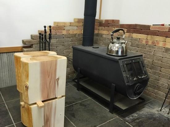 杉丸太タイコ脚仕上げ完了、薪ストーブ前で乾燥中20150213