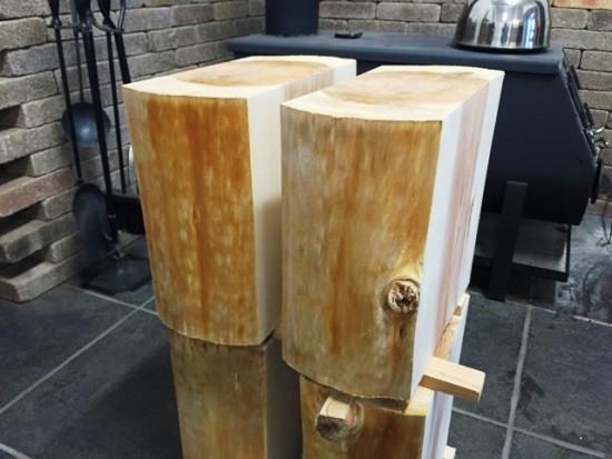 杉丸太タイコ脚仕上げ完了、薪ストーブ前で乾燥中20150213-2