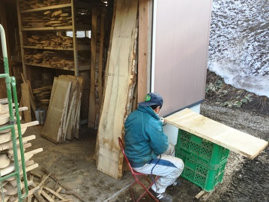 カバ・栃・栗・ホオ・欅一枚板大量入荷20150330~早速栗一枚板の皮剥き作業を。。~