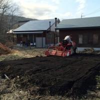 幸運にも我が家の畑を耕うん機で耕してもらえました!20150424