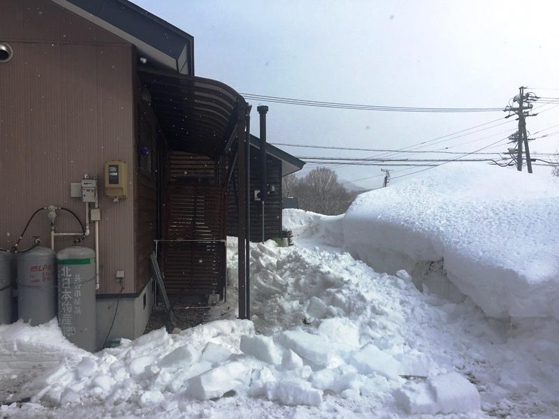 約2週間ぶりに我が家の南側の屋根の雪が落下20180207-1