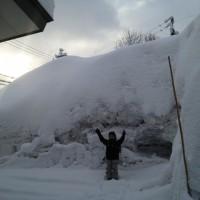 我が家の畑の雪の山20130225