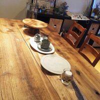 お客様の作品「ダイニングテーブル上のディスプレイスペース」~欅耳付き一枚板~