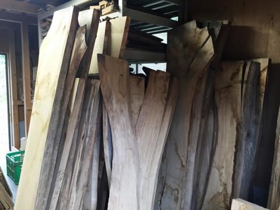 桟積みしていた楢一枚板を作業場に入れました20150825