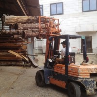 豪雪の冬を前に丸太を大量製材20131004
