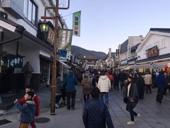 善光寺前の通り。夕方でまだ人で賑わっていました20160103