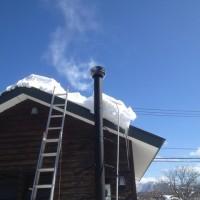 屋根に残った雪を下ろしました20140224