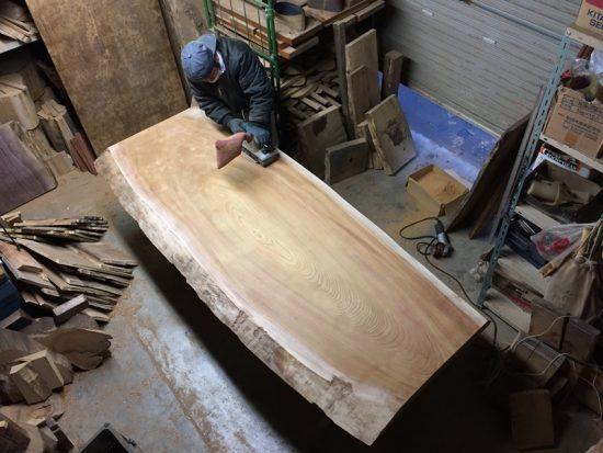 とっこやさん作業場では11月下旬に入荷した大型一枚板の加工が進んでいます20161207