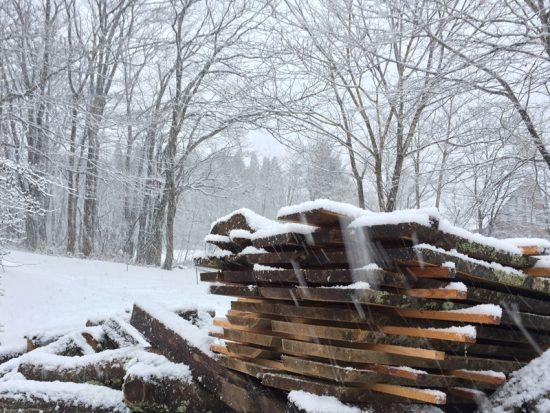 雪の中、屋外に桟積みしました20161216
