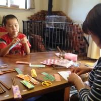 家族で天然木箸の包装をしています20140907