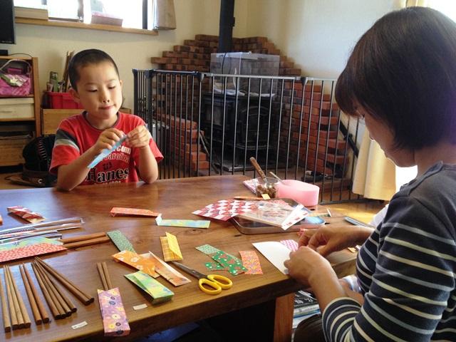 家族で天然木箸の包装をしています20140907-1