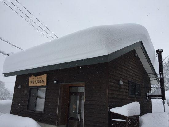 事務所の屋根の雪。そろそろ落ちてくれないと。。20170117