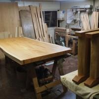 長野市・倉島様の欅一枚板ダイニングテーブル、完成(くさび留め耳付き板脚タイプ)