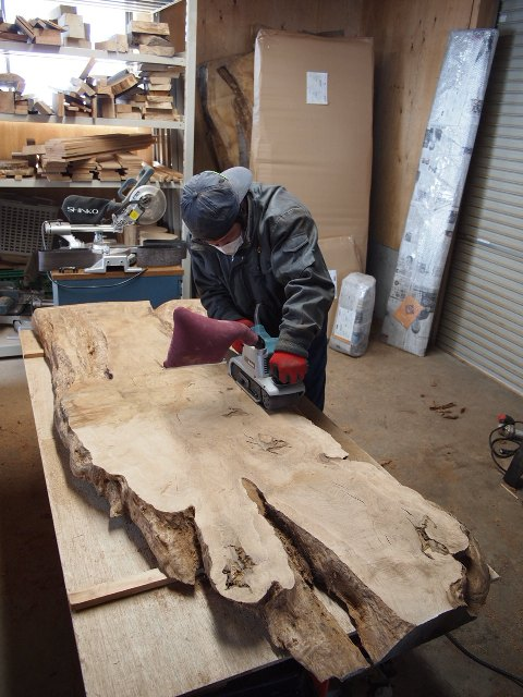 楢一枚板の加工作業