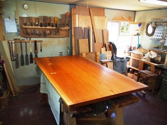 欅一枚板テーブル(くさび留め耳付き板脚)1