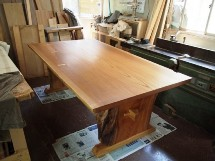 欅一枚板テーブル(くさび留め耳付き板脚タイプ)