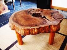 胡桃輪切りのティーテーブル