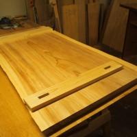 埼玉県藤下様の杉一枚板座卓、吸い付き桟が入りました