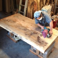 今日の作業 ~欅巨大一枚板を磨いています~