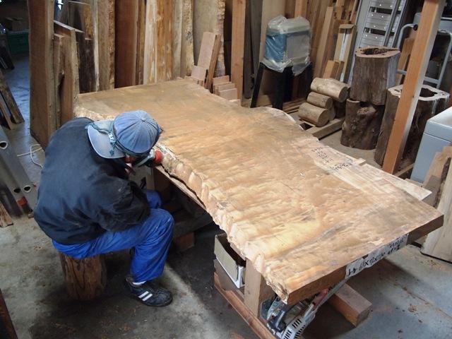 栃・タモ一枚板の表面を仕上げています
