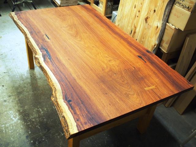 花梨(カリン)一枚板ダイニングテーブル完成1