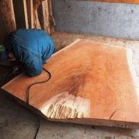 欅扇型一枚板を大平オフィス玄関に展示しました