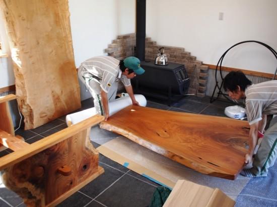 欅一枚板ダイニングテーブル梱包作業中1