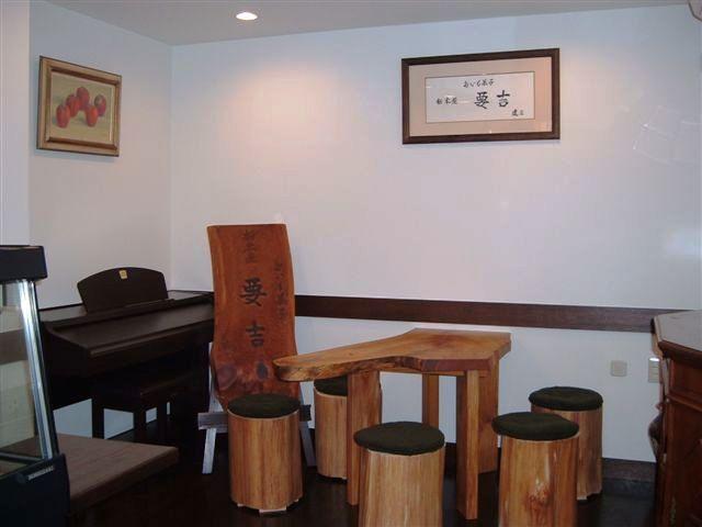 欅ハノ字脚テーブルと杉丸太椅子2