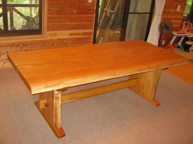 欅一枚板ダイニングテーブル(くさび留め耳付き板脚)