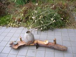 先日購入した欅で、花台を作りました。枯れた老木と言うことで、とても存在感があり、切る事が出来ず、結局、耳を落としただけです。脚もとっこやさんの穴あき栗材です。穴と耳がいい味出してます。