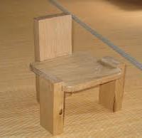 栗材で作った子供の椅子