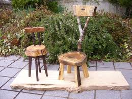 先日、送って頂いた粗品で小さな椅子を創りました。 キハダの輪切りを二つに切って座面と背もたれ、脚は栗ですね、たぶん・・・木の種類のメモをなくしました。 背の棒の部分は欅の小枝です。