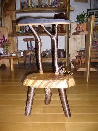 とっこやさんの栗の輪切り材と徳山様が以前に入手され乾燥させておいた桜の枝をご使用になり「小さな椅子」をご製作されました。