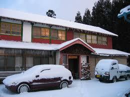 今年の降雪量の少なさには大変驚かされました。信じられないことに今シーズン屋根の雪下ろしは一度もやっていません。