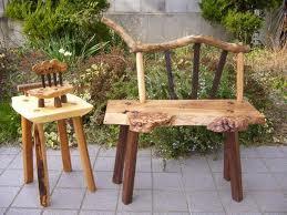 椅子が出来ました。楡の座面に、背の棒の部分は欅と鉄刀木、流木をのっけました。脚はウォールナットです。背の棒(鉄刀木)を座面に差し込みたかったのですが、奥行きが狭く、座ってみると邪魔になったので、両端の欅だけ差し込んで、あとは外付けにしました。
