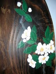 テーブルにはクレマチス、壁掛けには梅が描かれています。2