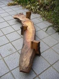 先日購入した欅で、花台を作りました。枯れた老木と言うことで、とても存在感があり、切る事が出来ず、結局、耳を落としただけです。脚もとっこやさんの穴あき栗材です。穴と耳がいい味出してます。2