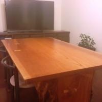 テーブル納品後の写真をお送りいただきました~東京都高田様欅一枚板ダイニングテーブル(くさび留め耳付き板脚)~
