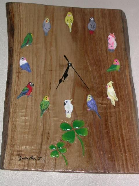栗の無垢板を使った手作りの時計。文字盤は鳥達です。